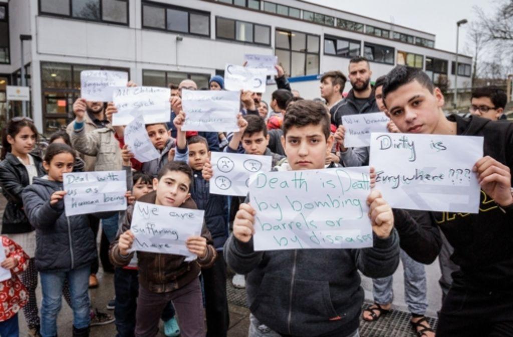 Am Dienstag protestierten Flüchtlinge vor ihrer Unterkunft. Foto: Lichtgut/Jan Potente