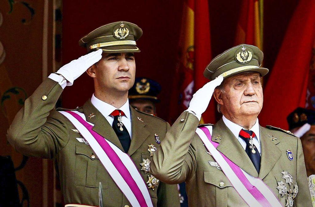 Felipe – damals noch Kronprinz – und sein Vater Juan Carlos – damals noch König – im Jahr 2008 bei einer Parade. Foto: dpa/Cebollada