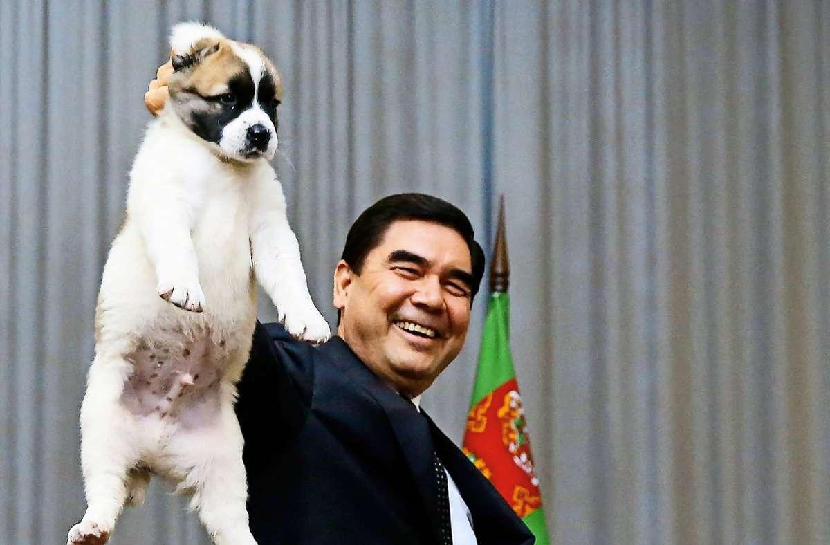 Eine Wahrheit über Turkmenistan: Das hier ist ein Hund, ein Alabai. Doch würde Staatschef Gurbanguly Berdimuchamedow (re.) sagen, es sei ein Pferd – dann wäre es eines. Foto: AFP/MAXIM SHEMETOV