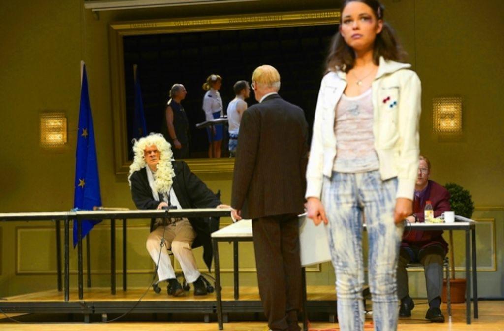 Der Star: Edgar Selge (mit Perücke) als Dorfrichter Adam Foto: Bettina Stöß