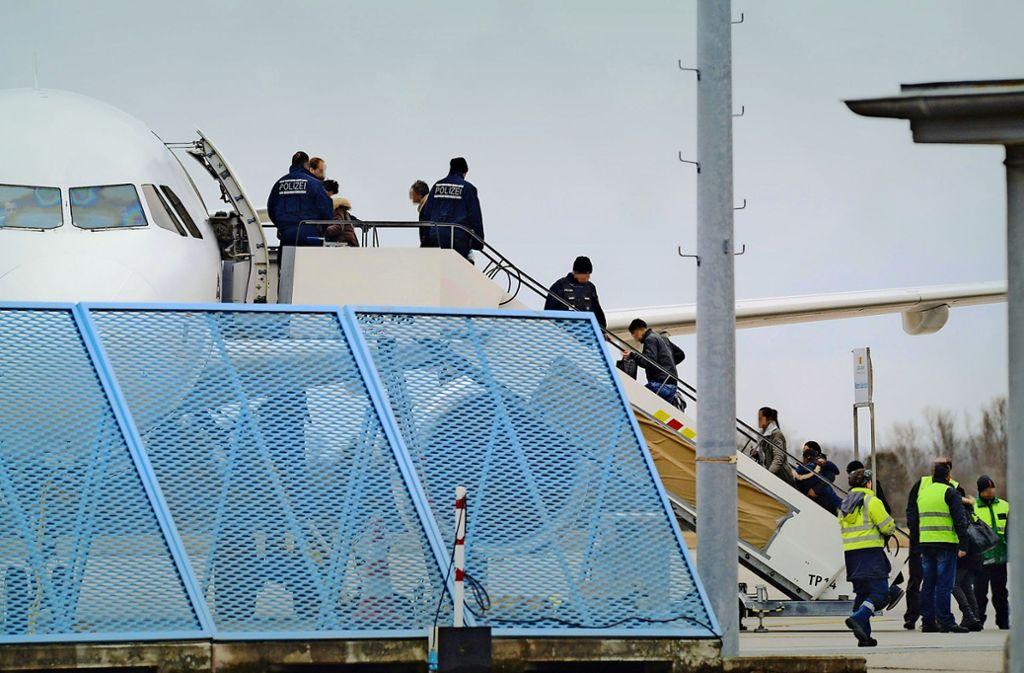 Rückkehrhilfe erspart die Abschiebungen von Flüchtlingen, hier eine entsprechende Aktion am Baden-Airport. Foto: dpa