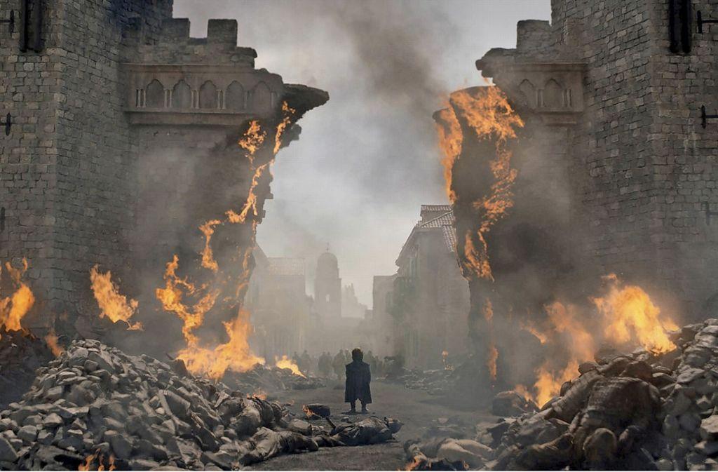 "Es ist viel in Trümmer gegangen in ""Game of Thrones"" Tyrion (Peter Dinklage)  steht inder zerstörten Hauptstadt. Foto: HBO"