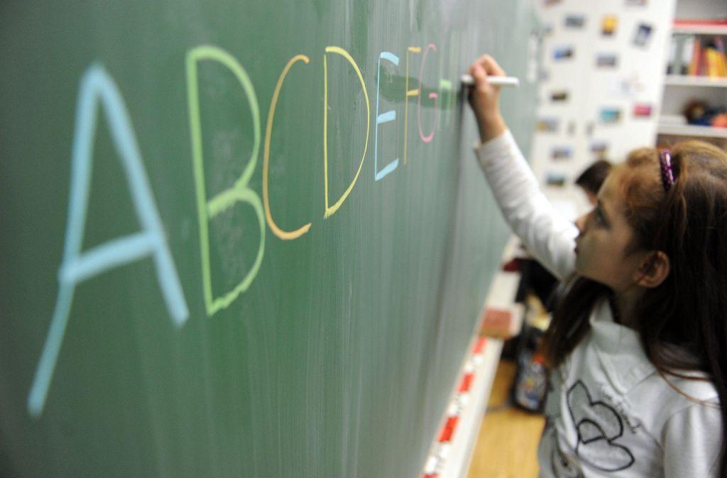 Die Grundschulen im Land weisen die Kritik von Ministerin Eisenmann zurück, sie seien für die schlechte Rechtschreibung der Schüler verantwortlich. (Archivfoto) Foto: dpa