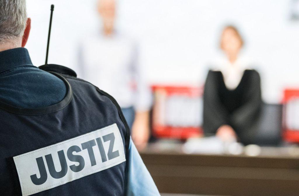 Ein alkoholkranker Mann steht wegen versuchten Totschlags vor dem Landgericht Stuttgart. Foto: dpa