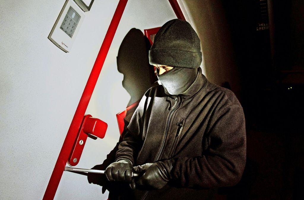 Die Zahl der Einbrüche ist zurückgegangen – vielleicht auch, weil Hausbesitzer es den Tätern immer schwerer machen. Foto: dpa