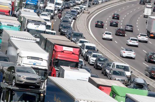 Lastwagen kracht in Auto – ein Schwerverletzter