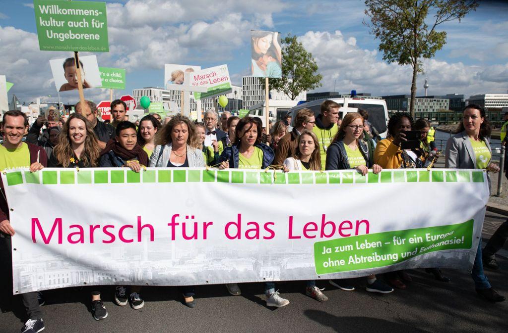 """In Grußworten für den """"Marsch für das Leben"""" bezogen Vertreter der katholischen und evangelischen Kirche Stellung gegen Schwangerschaftsabbrüche. Foto: dpa"""