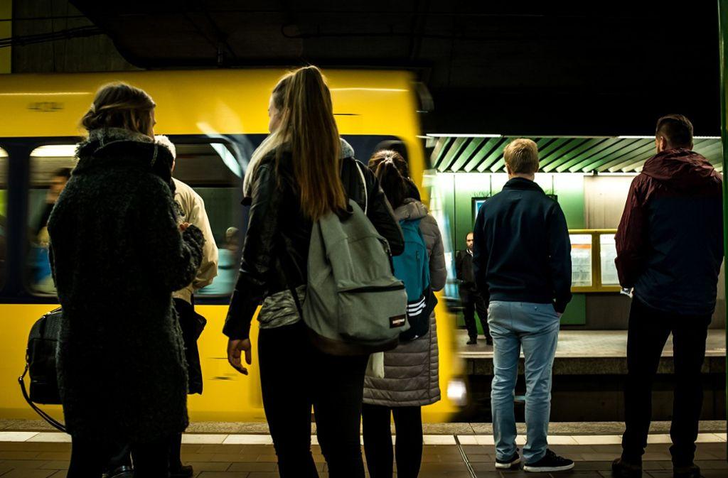 Erst aussteigen lassen, dann einsteigen – das weiß eigentlich jeder. Immer wieder halten sich Fahrgäste trotzdem nicht daran. Aber es gibt noch mehr nervige Stadtbahntypen. Foto: Lichtgut/Max Kovalenko