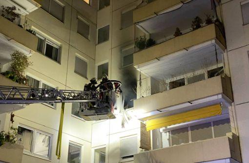 Feuerwehr rettet Mann aus brennender Wohnung