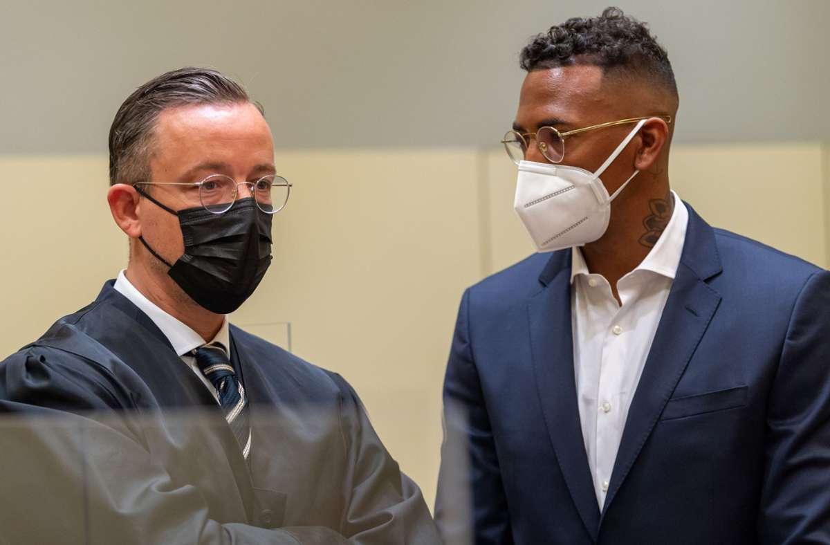 Jérôme Boateng mit seinem Verteidiger vor dem Prozessbeginn in München. Foto: dpa/Peter Kneffel