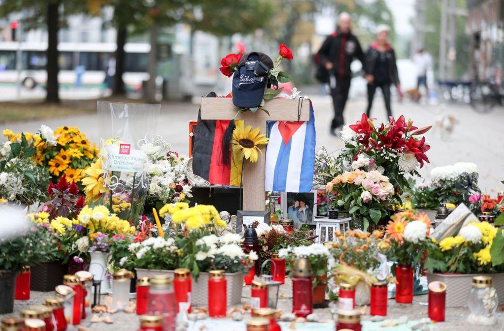 Die deutsche und die kubanische Flagge, zahlreiche Blumen und Kerzen wurden an der Stelle niedergelegt an der ein 35-jähriger Mann erstochen wurde (Bild vom 13. September 2018). Foto: ZB