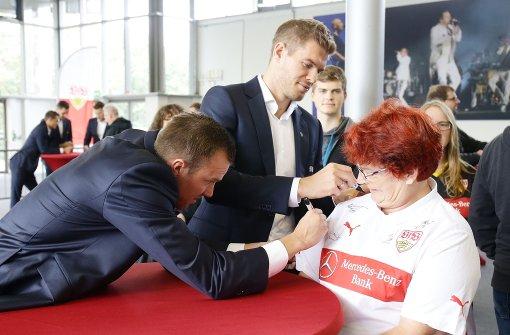VfB-Stars geben Autogramme im Breuninger