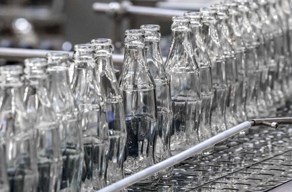 Immer beliebter wird auch die kleine Flasche, mit ihr hat  der Getränkekonzern einst seinen Siegeszug um die Welt angetreten. Foto: Coca-Cola