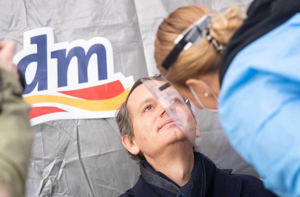 Eine medizinische Fachangestellte führt während der Vorstellung von Corona-Schnelltest-Zentren der Drogeriemarktkette dm einen Antigentest auf das Coronavirus durch. Foto: dpa/Sebastian Gollnow