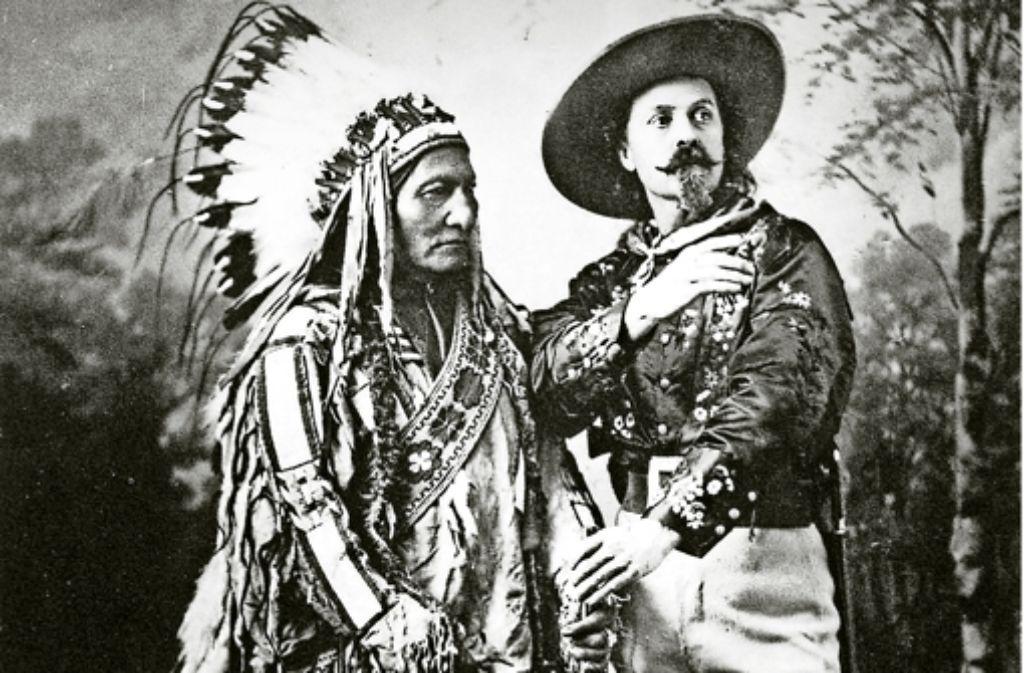 Buffalo Bill gelang es, Häuptling Sitting Bull für seine Show zu gewinnen (Bild oben). Für seine  Tournee lockte der schillernde Entertainer mit grellbunten Plakaten. Foto: StZ-Archiv