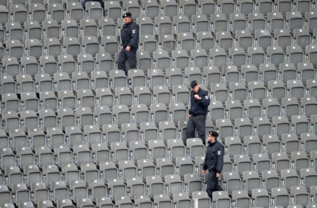 Polizisten kontrollieren im Olympiastadion in Berlin (Archivfoto). Am kommenden Spieltag sollen die Sicherheitsmaßnahmen in der Bundesliga erhöht werden. Foto: dpa