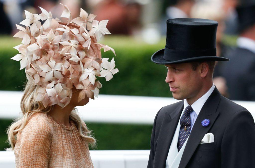 Prinz William spricht durch die Blume: Hinter dieser extravaganten Hutkreation verbirgt sich Königin Máxima der Niederlande. Foto: AFP