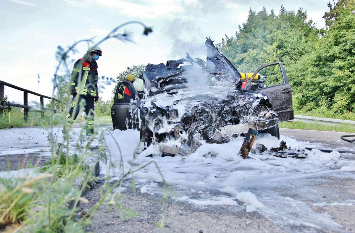 In Korb brennt am Samstagmorgen ein Daimler komplett aus. Foto: 7aktuell.de/ Kevin Lermer