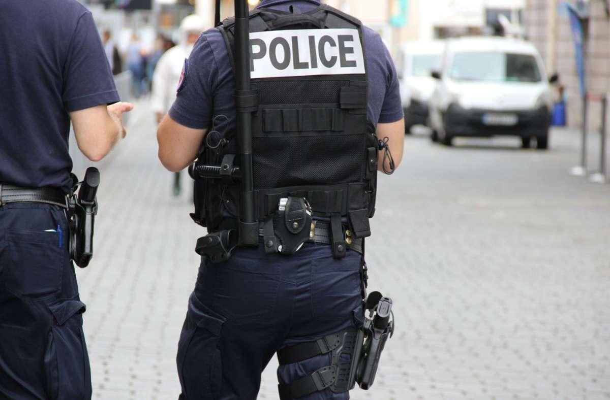 Die Polizei räumt ein Einkaufszentrum westlich von Paris. Foto: Shutterstock/Mademoiselle N