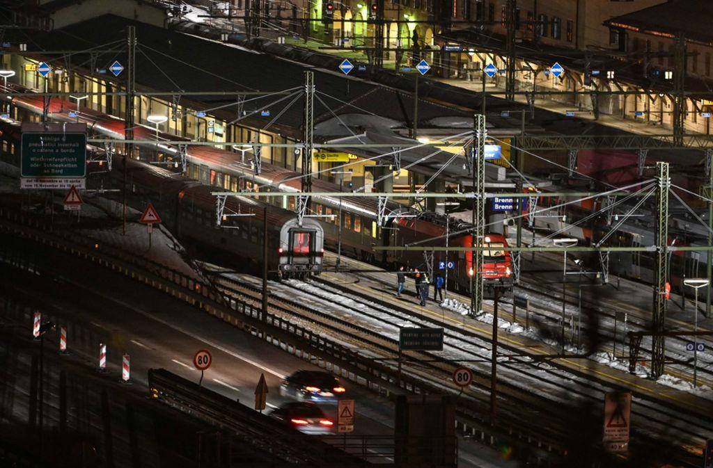 Nach der Einstellung des Bahnverkehrs warten zeitweise mehrere hundert Bahnpassagiere am italienisch-österreichischen Grenzübergang Brenner auf ihre Weiterreise nach München. Foto: dpa/Daniel Liebl