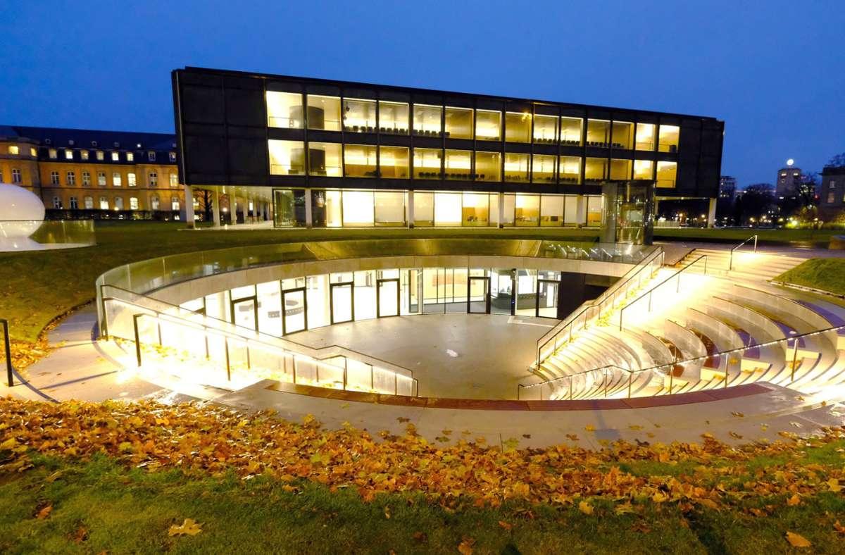 Baden-Württembergs Landtag mit dem Ursprungsgebäude  neben dem Neuen Schloss und dem unterirdischen Erweiterungsbau. Unsere Bilderstrecke zeigt, wie das Gebäude früher einmal aussah. Foto: dpa/Bernd Weissbrod