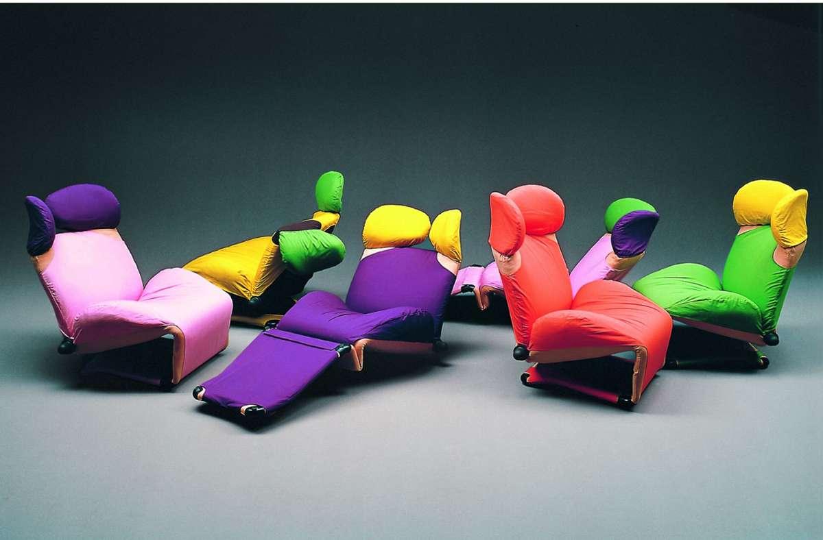 """Sessel mit ergonomischer Kopfstütze zum Sitzen und Liegen: """"WINK""""-Chair"""" in fröhlichen Farben, entworfen von dem 1942 geborenen Designer Toshiyuki Kita – anzuschauen in """"Japanisches Design seit 1945"""". Foto: Mario Carrieri"""