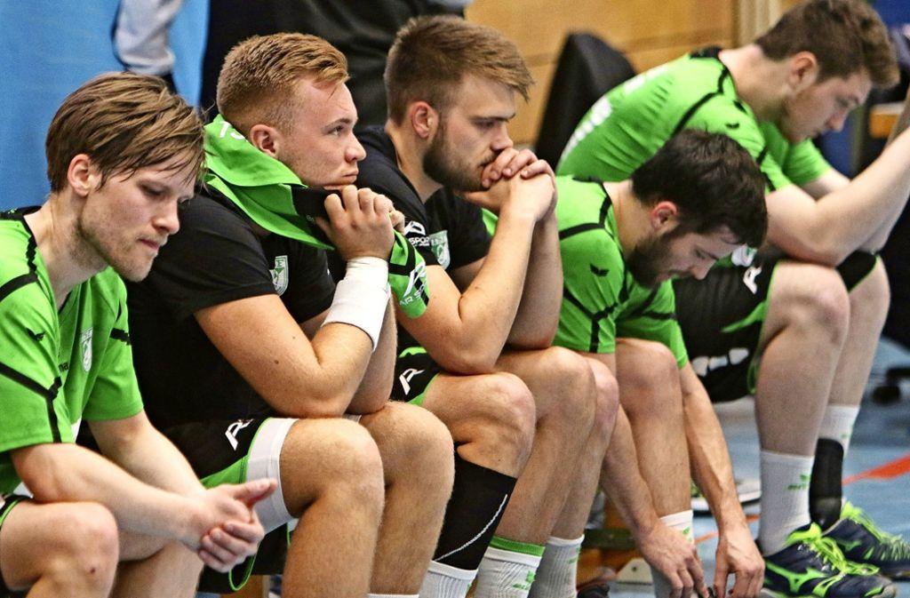 Betretene   Gesichter        nach     der Gewissheit,   dass  Ditzingen        wieder   den      Gang in die Landesliga antreten muss. Foto: Andreas Gorr