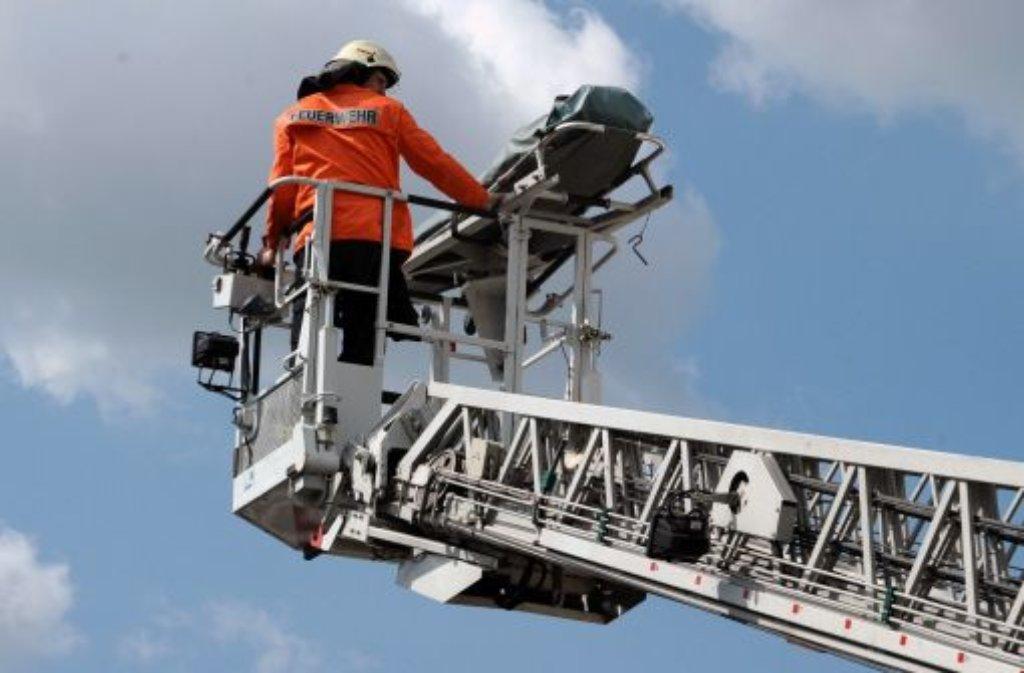 Zu einem Dachstuhlbrand muss die Feuerwehr am Montagmittag in Weilheim an der Teck  ausrücken. Foto: dpa (Symbolbild)