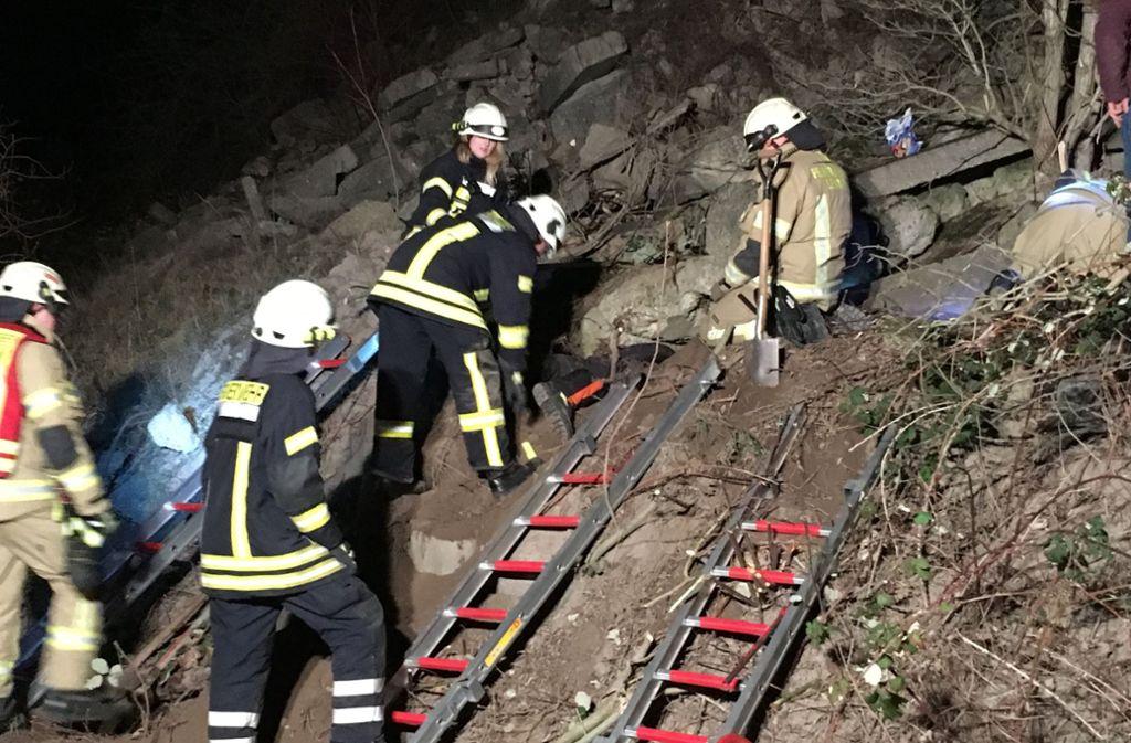 Die Rettung des Terriers gestaltet sich schwierig. Foto: Freiwillige Feuerwehr Lehrte