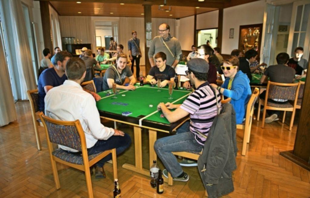 Geselligkeit sei ihnen wichtig, heißt es bei der  Studentenverbindung Motor. So treffen sich die Studenten zum Beispiel beim Pokerturnier. Foto: Horst Rudel