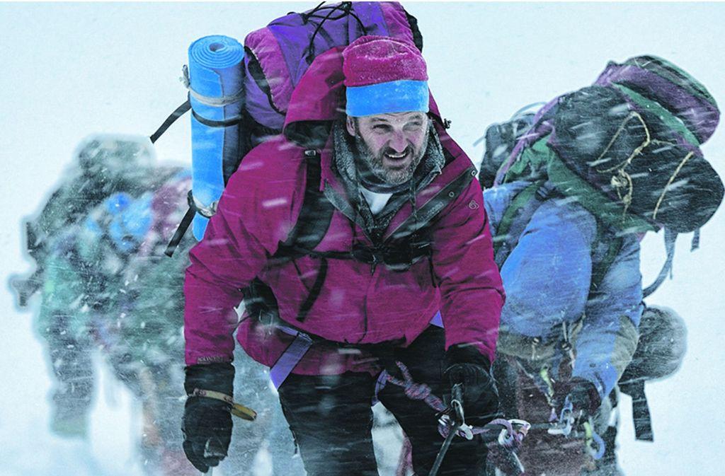 """Jason Clarke als Bergführer Rob Hall spielt die Hauptrolle im Abenteuerfilm """"Everest"""" aus dem Jahr 2015. Der Film schildert die Ereignisse im Mai 1996 bei einer Besteigung des Mount Everest, in deren Folge acht Bergsteiger starben, darunter auch Expeditionsleiter Hall. Foto: Verleih"""