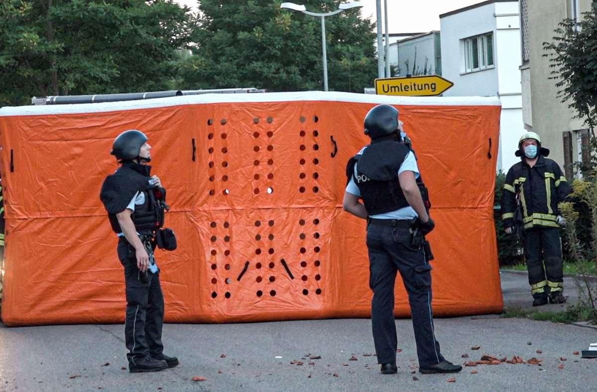 Der 36-Jährige hat Polizisten vom Dach aus mit Ziegeln und einem Dachfenster beworfen. Foto: 7aktuell.de/Simon Adomat