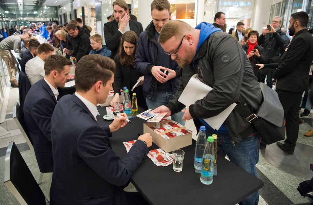 Die Autogrammstunde bei Breuninger (hier ein Bild von 2018) ist fest im Rahmenterminkalender des VfB Stuttgart verankert. Foto: Lichtgut - Oliver Willikonsky
