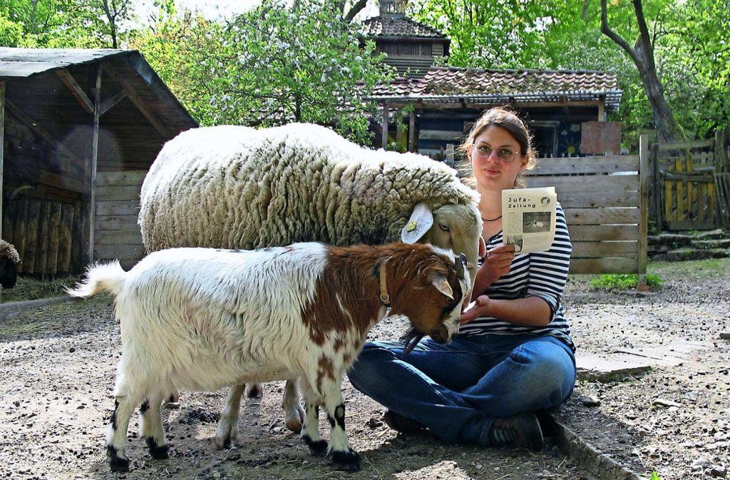 Kathrin Vogl, die Jufa-Zeitung und der eine oder andere Farmbewohner. Foto: Susanne Müller-Baji