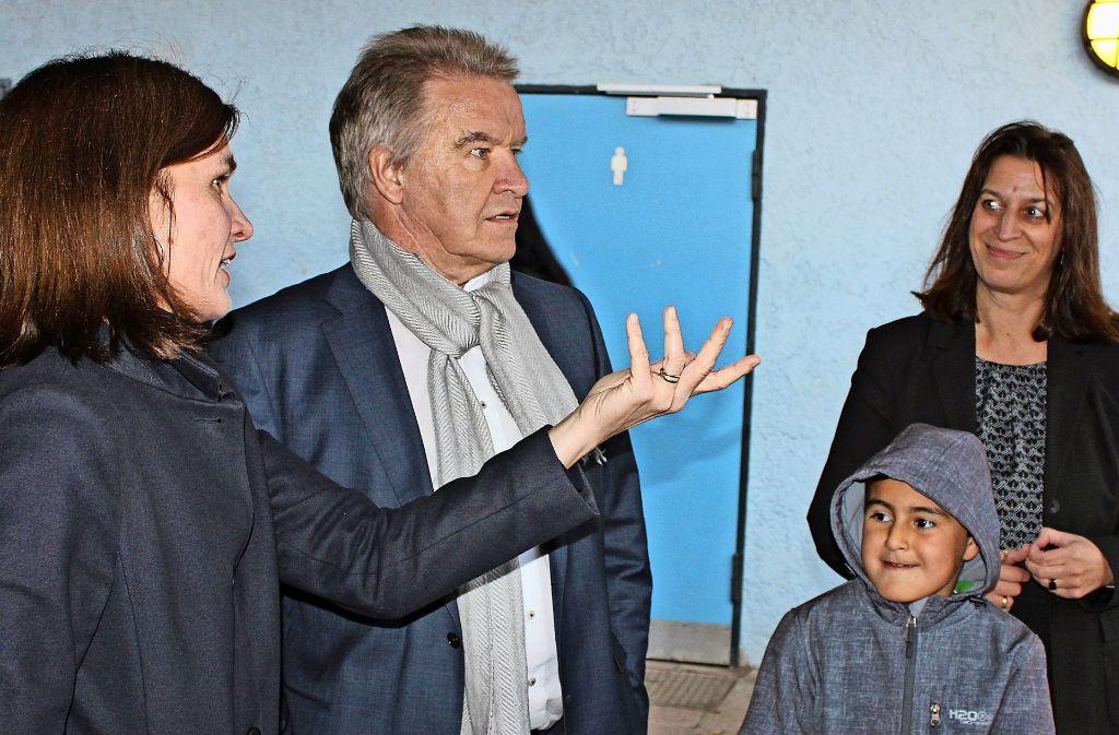 Schulleiterin Jana Bergemann (links) berichtet Minister Franz Untersteller von den Problemen mit den Toiletten. Foto: Bernd Zeyer