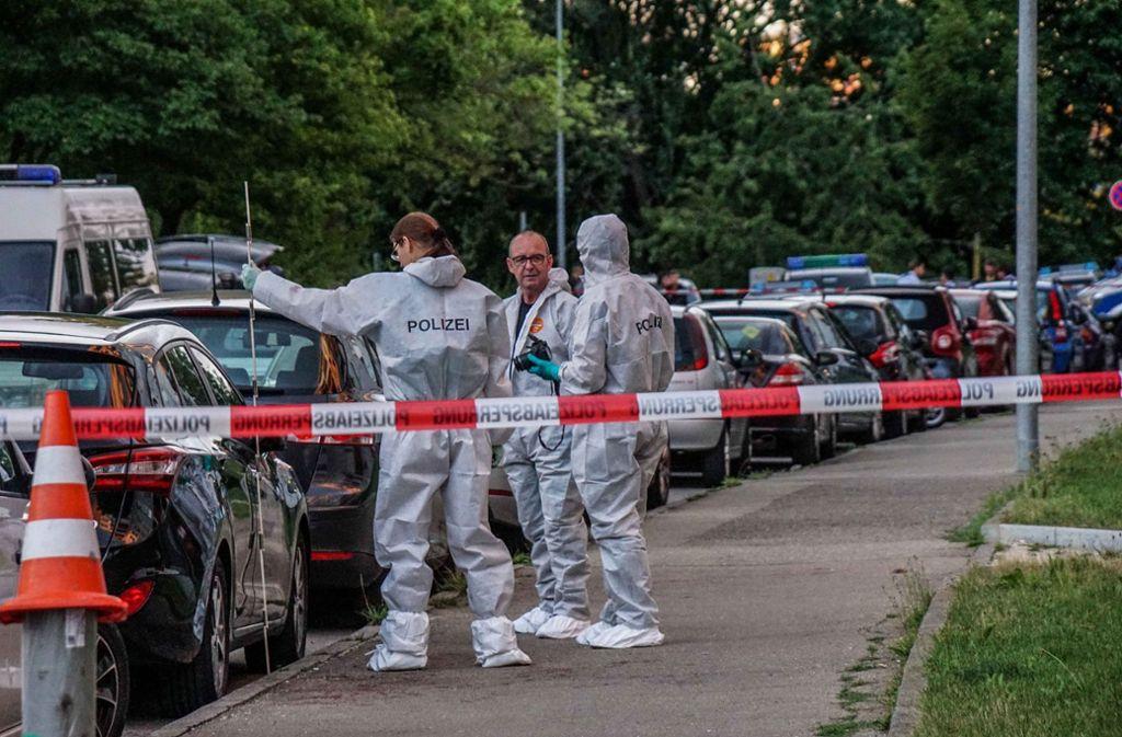 Spurensicherung am Tatort: Kriminaltechniker sichern Spuren der Bluttat in der Fasanenhofstraße. Foto:SDMG/Kohls Foto: