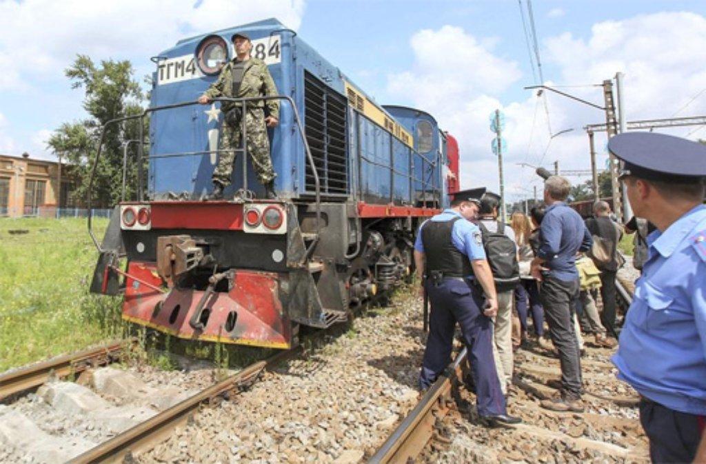 In der Ukraine werden die Toten des Flugzeugabsturzes mit einem Zug abtransportiert. Foto: dpa