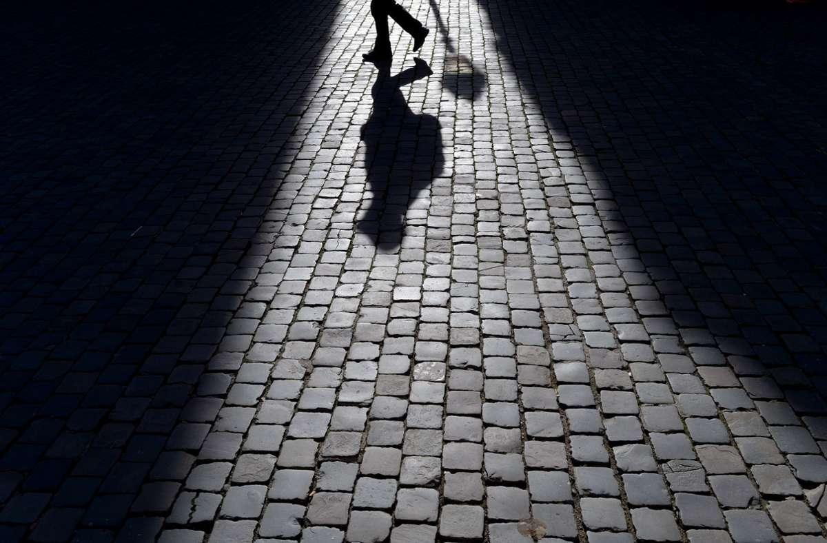 Eine Unbekannte hat am Montag eine 54-Jährige verfolgt. (Symbolbild) Foto: dpa/Federico Gambarini