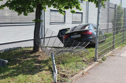 Audi durchbricht nach Zusammenstoß einen Metallzaun