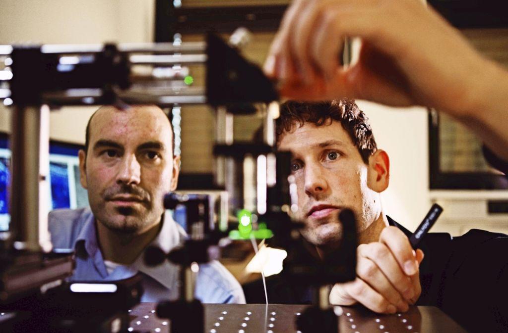 Der Erstplatzierte Balthasar Fischer (re.)  von der TU Wien hat ein  Lasermikrofon entwickelt,  das  den Schall misst – also direkt die minimalen Dichteschwankungen der Luft. Foto: