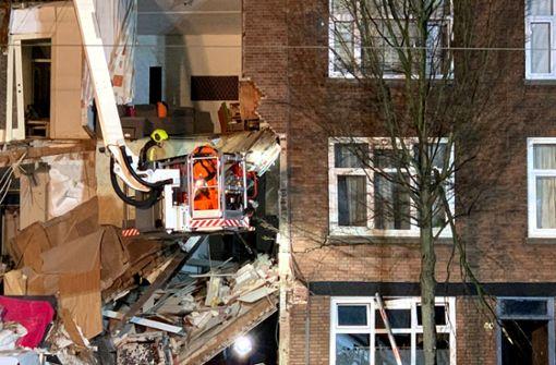 Helfer ziehen nach Explosion Verletzte aus Trümmern
