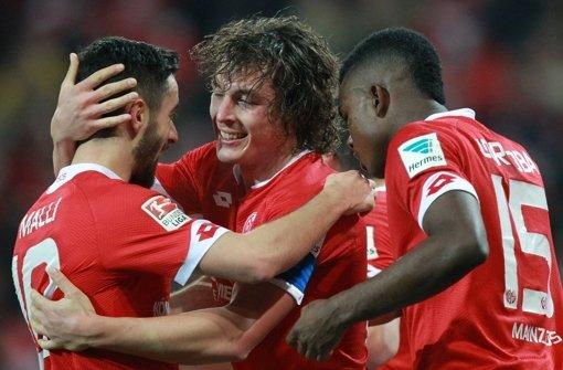Mainz schlägt Schalke und zieht punktemäßig gleich