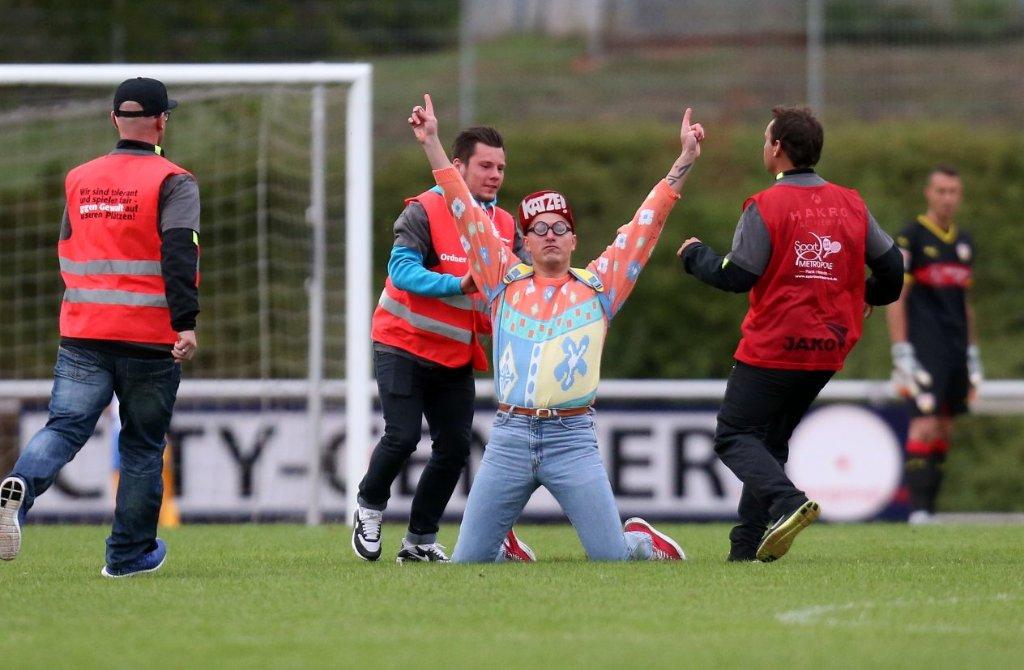 Für Aufregung sorgte in der Partie des VfB Stuttgart gegen den 1. FC Heidenheim ein Flitzer, der von Ordnern aufgehalten werden musste. Foto: Pressefoto Baumann