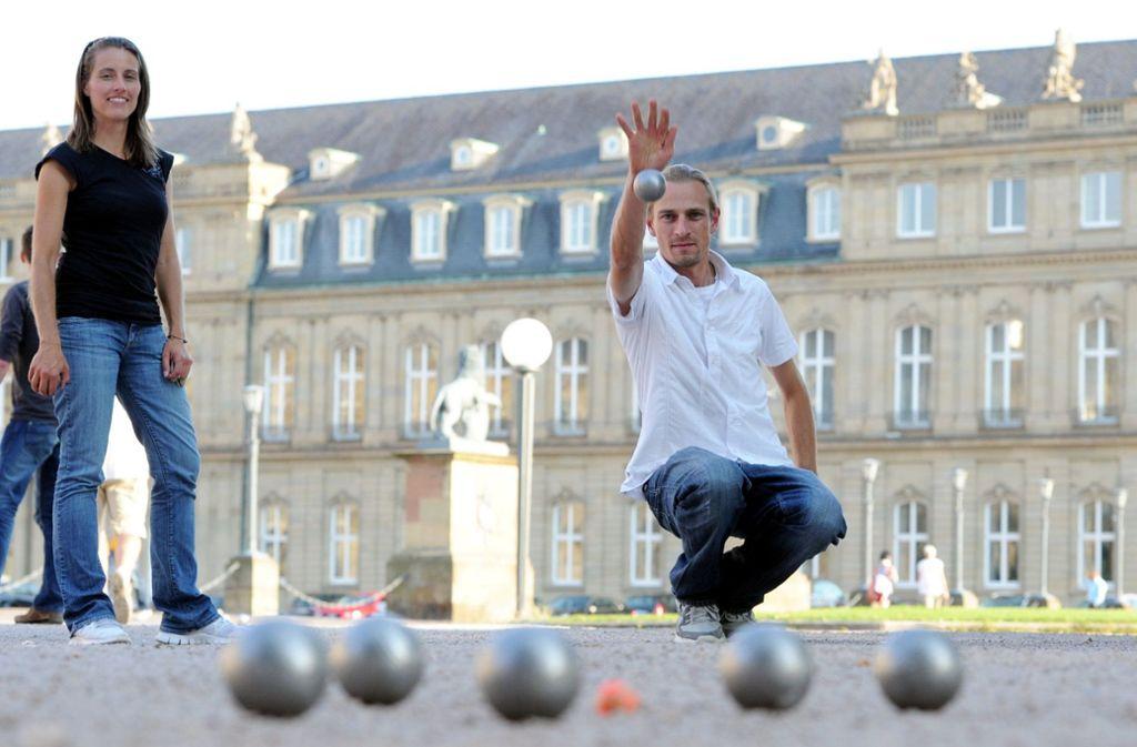 Das Boulespielen, hier auf dem Schlossplatz, ist in Stuttgart jetzt wieder erlaubt. Foto: dpa/Bernd Weissbrod