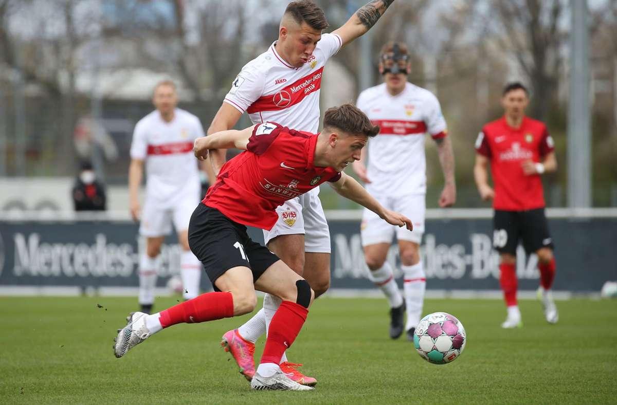 Jonas Meiser (SG Sonnenhof, vorne) gegen  Marco Pasalic vom VfB Stuttgart II: Nach 42 Spieltagen gibt es eine längere Pause, als ursprünglich vorgesehen. Foto: Baumann