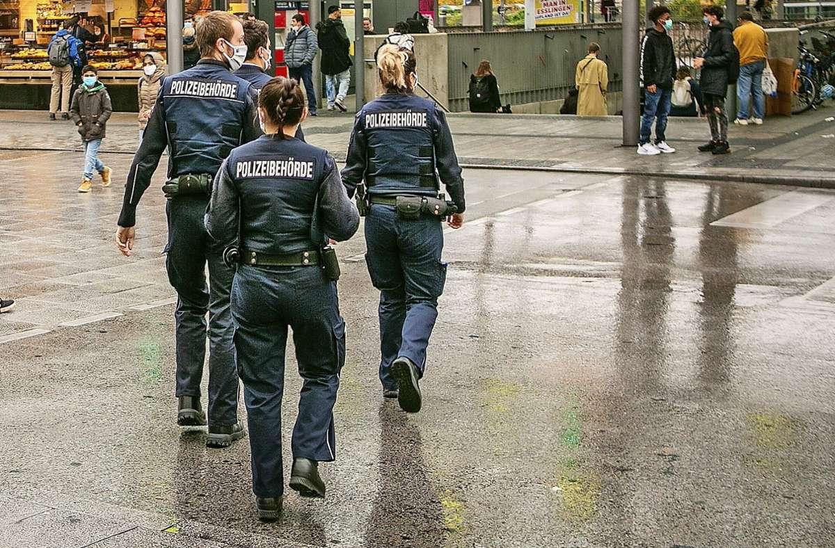 Wie hier in Esslingen überwacht der Kommunale Ordnungsdienst die Einhaltung der Corona-Regelungen – dabei können auch Ehrenamtliche helfen. Foto: Roberto Bulgrin