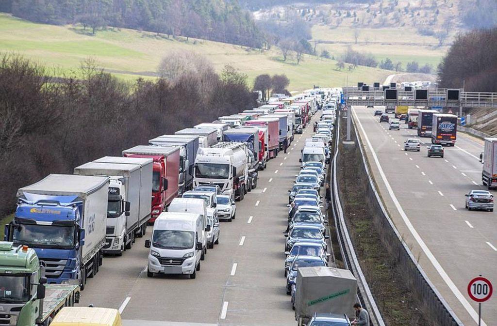 Ein schwerer Verkehrsunfall auf der A8 bei Aichelberg bremste Autofahrer am Dienstagvormittag aus. Foto: 7aktuell.de/Simon Adomat