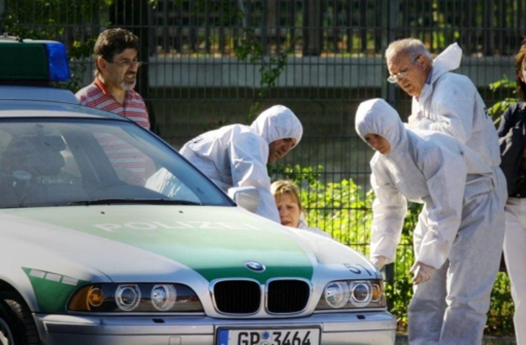 Tatort Heilbronn: Polizeibeamte untersuchen  2007 den Tatort, an dem eine Polizeibeamtin getötet wurde und ein weiterer Beamter  verletzt – möglicherweise durch den NSU. Foto: dpa