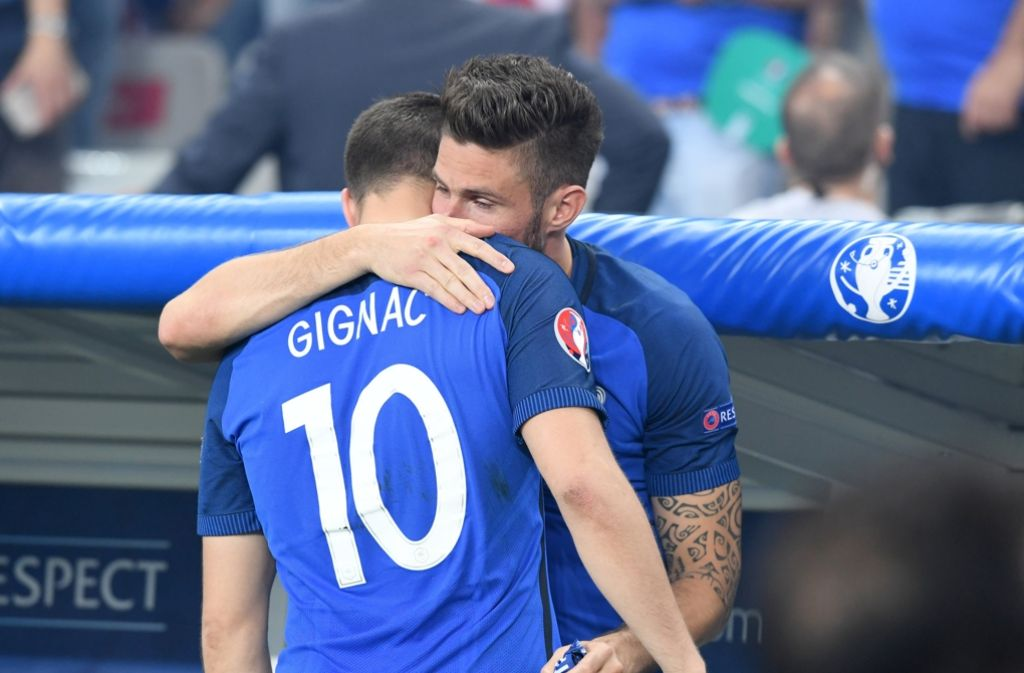 Olivier Giroud und André-Pierre Gignac müssen sich gegenseitig trösten: Die Niederlage schmerzt. Foto: dpa
