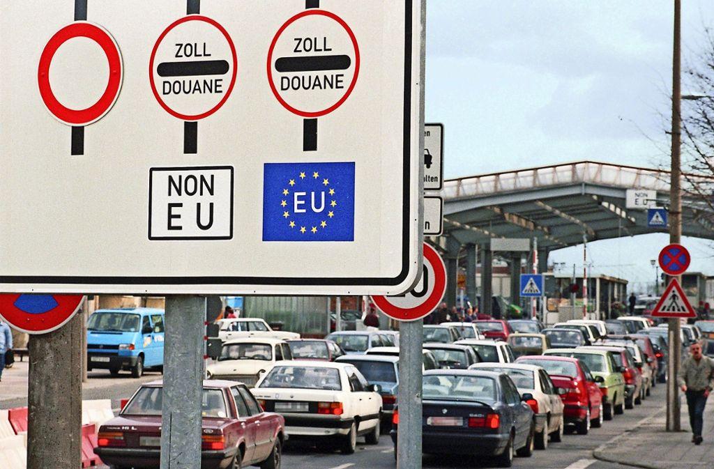 Das Archivbild zeigt die deutsch-polnische Grenze bei Frankfurt/Oder im Jahr 1995. Sieht es so bald wieder aus an Europas Binnengrenzen? Foto: dpa